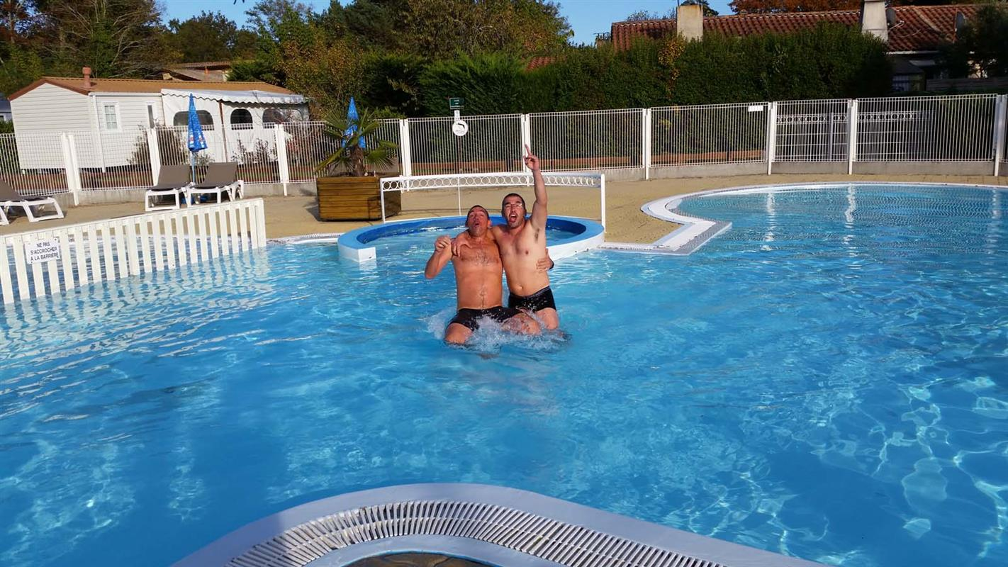 Piscine chauff e piscine ext rieure camping 3 toiles for Camping gironde piscine